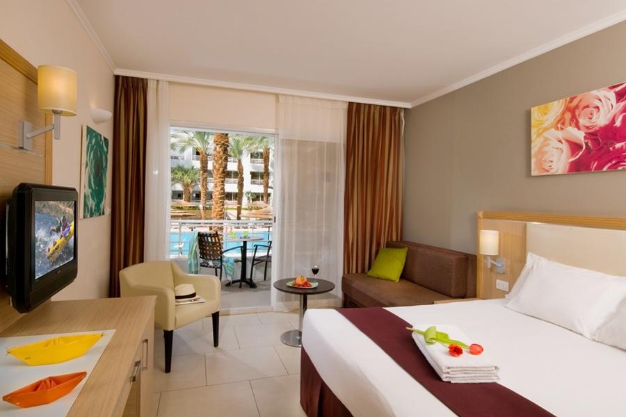 חדר סופריור פונה לבריכה - מלון לאונרדו רויאל ריזורט