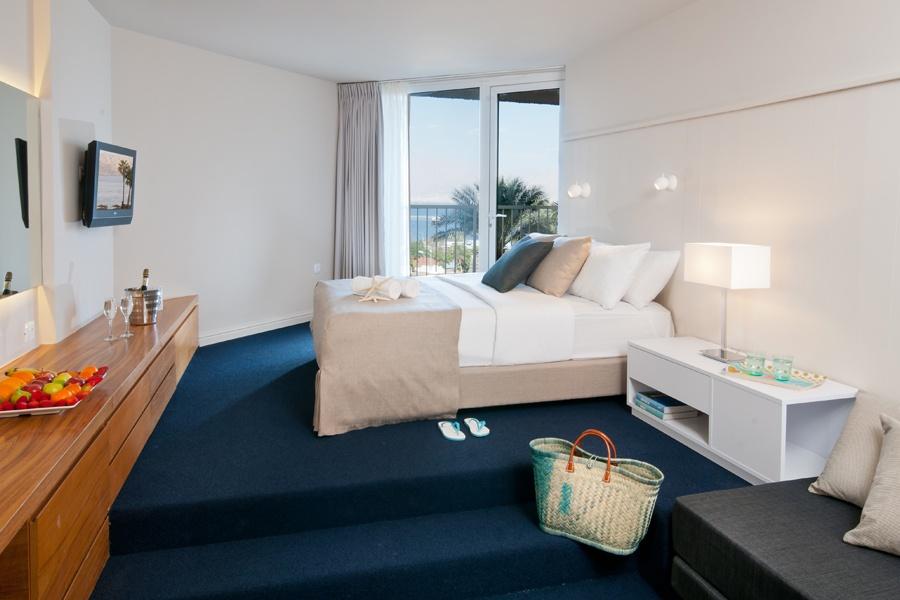 חדר דלקס טאואר פונה לים - מלון יו קורל ביץ