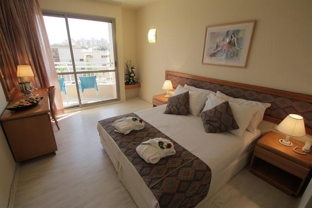 חדר סטנדרט עם מרפסת+דלת מקשרת- מלון סיאסטה אילת