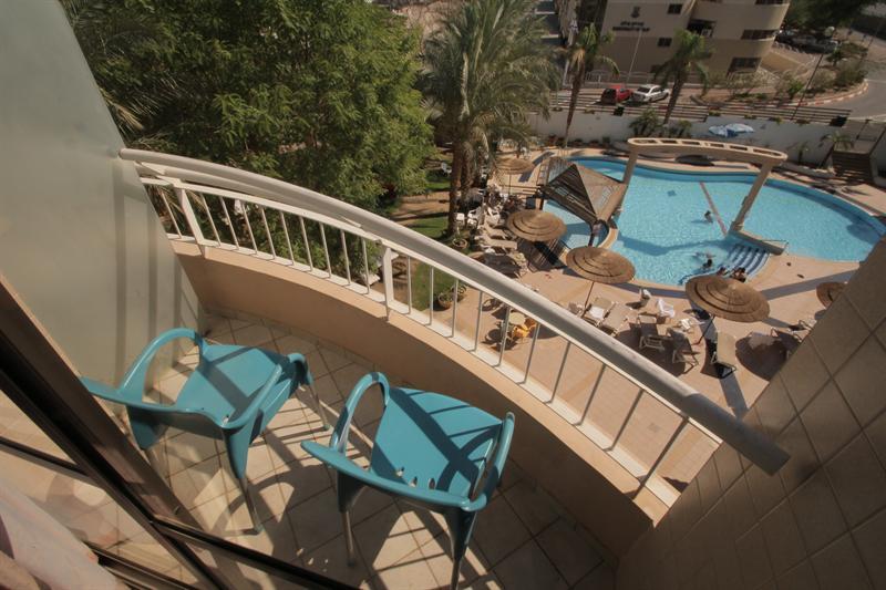 חדר פונה לבריכה עם מרפסת-מלון סיאסטה אילת