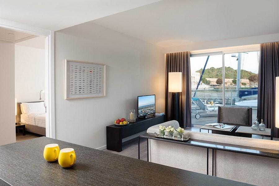 סוויטת אקזקיוטיב עם מרפסת ונוף למרינה -מלון הרודס הרצליה
