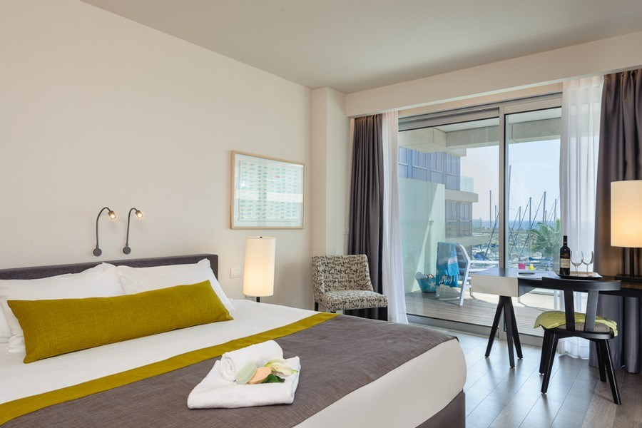 חדר אקזקיוטיב עם מרפסת ונוף לבריכה -מלון הרודס הרצליה