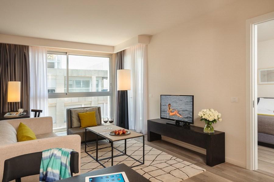 סוויטה דלקס עם מרפסת -מלון הרודס הרצליה