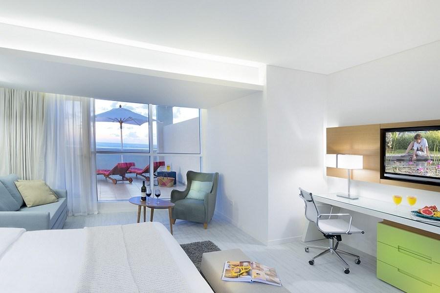 חדרים ענקיים הממוקמים בקומה 5 ו-7. כל החדרים פונים לים וכוללים מרפסת שמש גדולה ומרווחת עם מיטות שיזוף. בנוסף, נהנים אורחי קלאב טרסה מכניסה לטרקלין העסקים של המלון. תפוסה מרבית: זוג + 2 / 3 מבוגרים