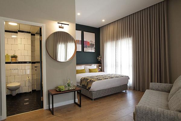 סוויטת דלקס עם מרפסת-מלון הבית הלבן אוליב