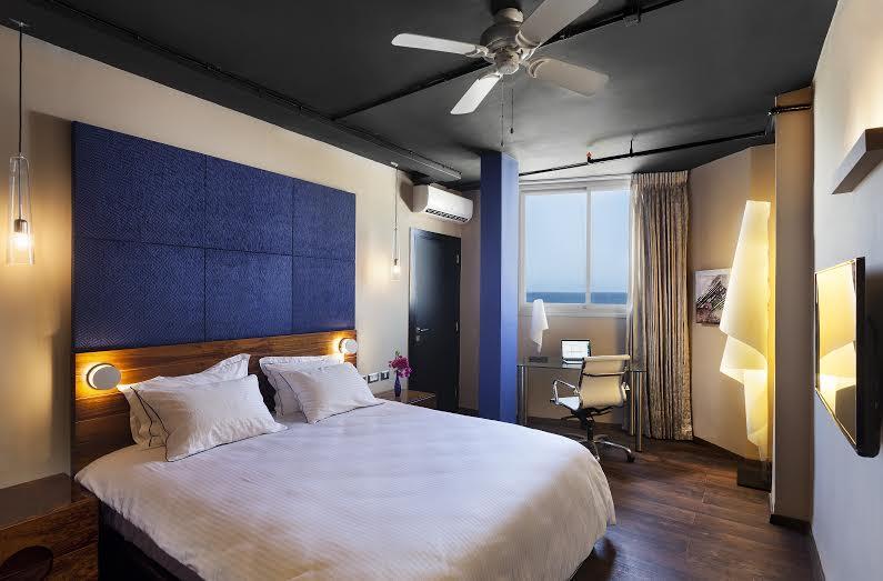 """חדר דלקס -מלון פורט אנד בלו ת""""א"""