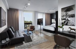חדר דלקס עם מרפסת ונוף חלקי לים - אלכסנדר תל אביב