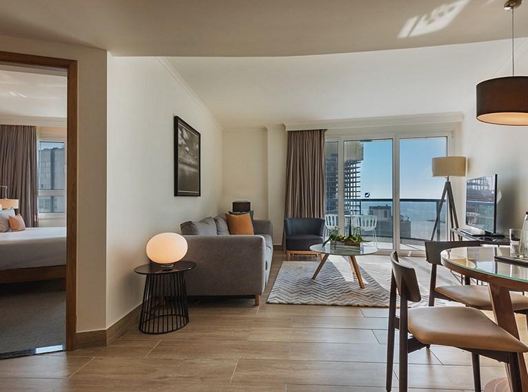 סוויטה טאואר ספיישל עם נוף לים במלון ישרוטל טאואר תל אביב