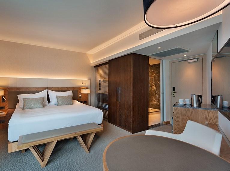 חדר עם מרפסת ונוף לים במלון ישרוטל טאואר תל אביב