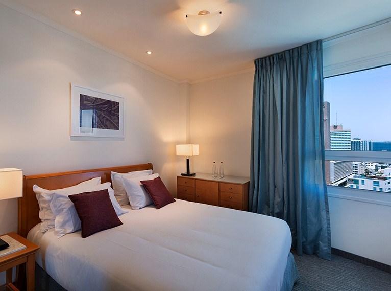 סוויטה ג'וניור עם נוף לתל אביב במלון ישרוטל טאואר תל אביב
