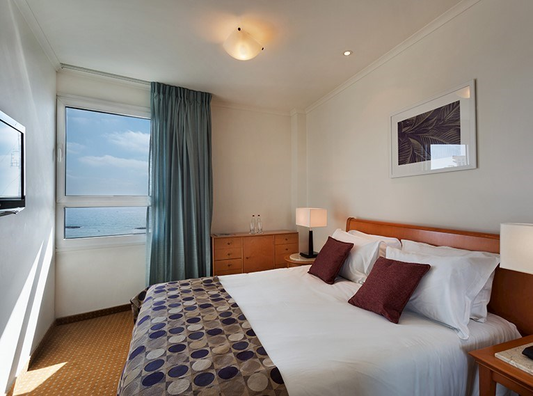 סוויטה ג'וניור עם נוף לים במלון ישרוטל טאואר תל אביב