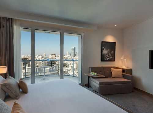חדר לזוג וילד עם מרפסת ונוף לתל אביב במלון ישרוטל טאואר תל אביב