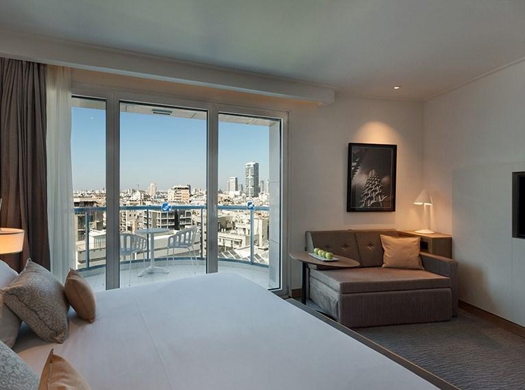 חדר לזוג וילד עם נוף לתל אביב במלון ישרוטל טאואר תל אביב
