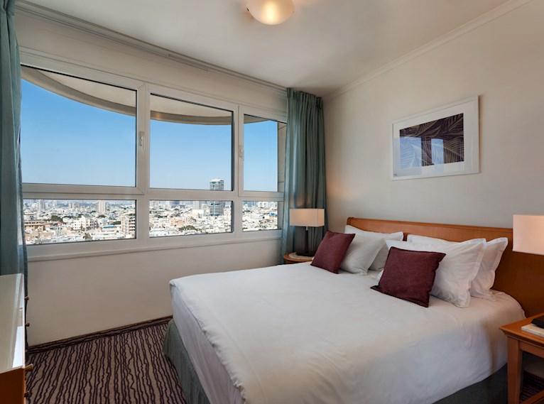 סוויטה טאואר עם נוף לתל אביב במלון ישרוטל טאואר תל אביב