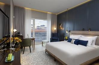 חדר אקזקיוטיב עם מיטת קינג וספה נפתחת
